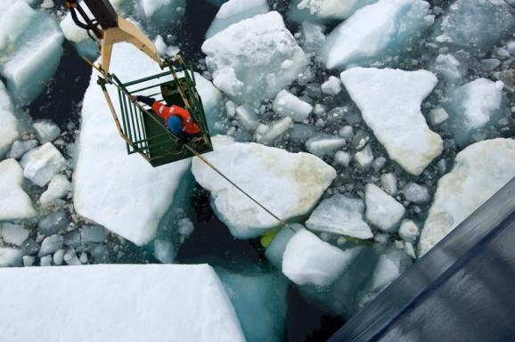 Retrieving vehicles from beneath the ice proved to be no mean feat. Scientists and crew devised half a dozen ways to meet the challenge, including the use of a shipboard crane or a rescue helicopter.