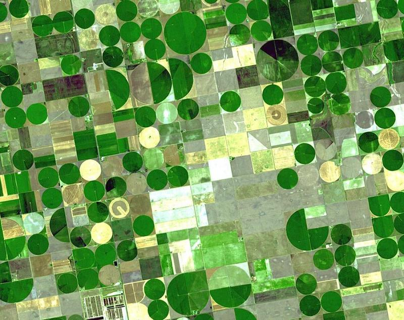 This NASA satellite photo shows crop circles in Finney County, Kansas. These irrigated plots are 800 and 1,600 meters in diameter (0.5 and 1 mile). This area utilizes irrigation water from the Ogallala aquifer, that underlies an area from Wyoming to Texas