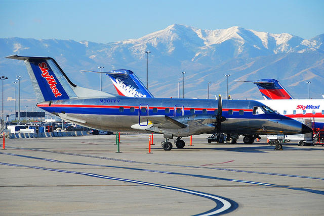 SkyWest, airplane, airport