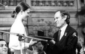 Viktoria Mullova receiving the Gold Medal from Leonid Kogan at the 1982 International Tchaikovsky Competition in Moscow.