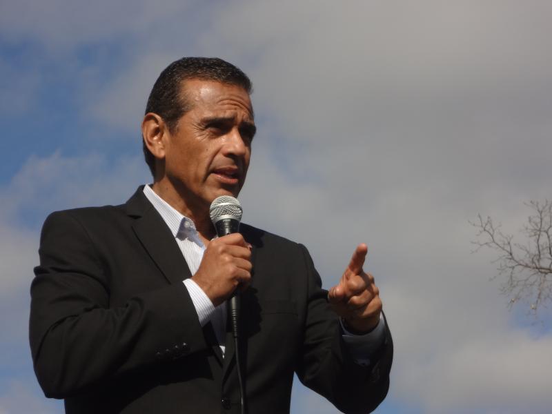 Los Angeles Mayor Antonio Villaraigosa rallies the latino vote in Iowa