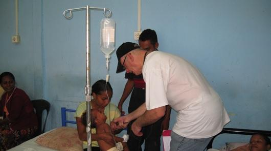 Dr. Dan Murphy treats Timorese patients at the Bairo Pite Hospital