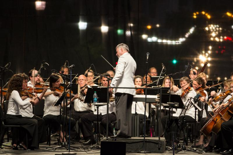 Maestro Giunta takes the DM Symphony outdoors for the Independence Day concert