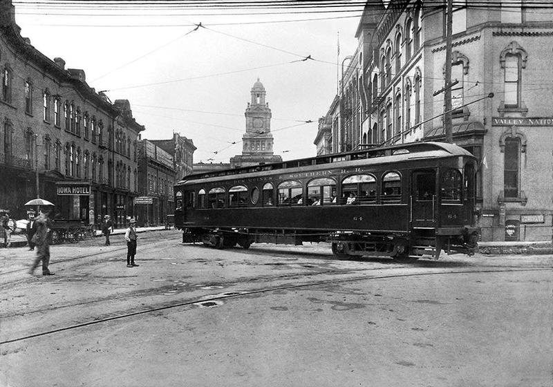 Des Moines street car at 4th and Court