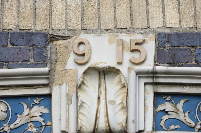A missing numeral in the barn's 1915 year of origin.