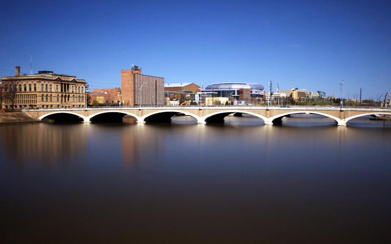 Des Moines River in downtown Des Moinesm April 2007.