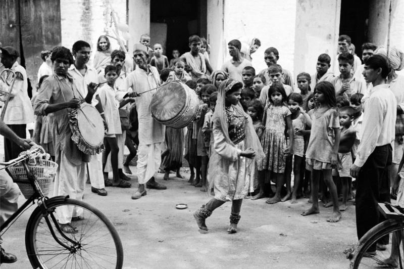Street performers in Delhi, India, 1961