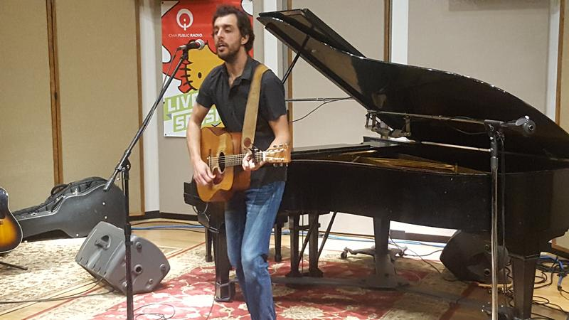 Dan Tedesco performing live in the IPR studios.