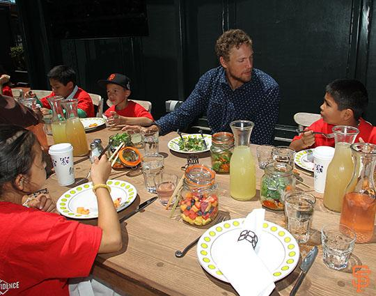Hunter Pence joins members of the Junior Giants for a meal harvested from the Edible Garden