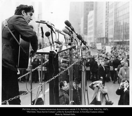 Phil Ochs singing in 1967