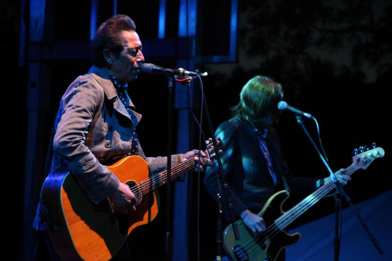 Alejandro Escovedo croons to a large crowd.
