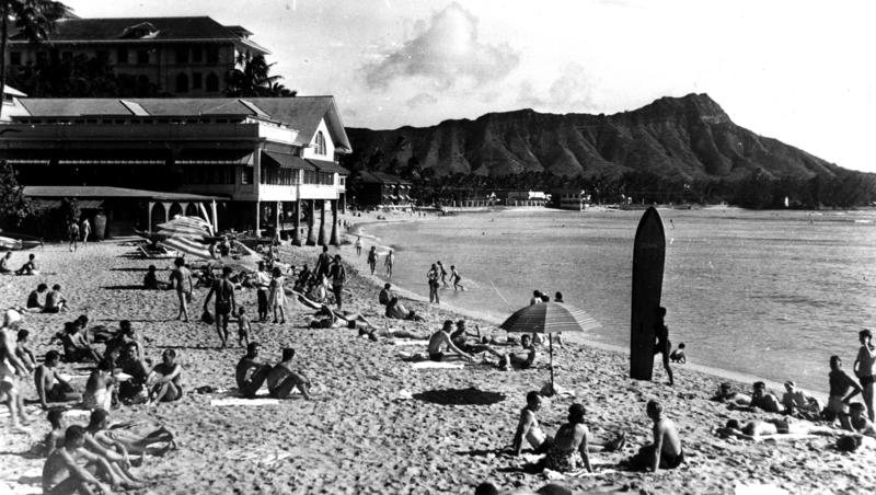 Life goes on in Waikiki during WWII