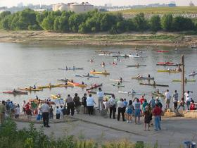 Contestants at the 2007 Missouri 340 race cast off from Kansas City on a long journey to St. Charles.