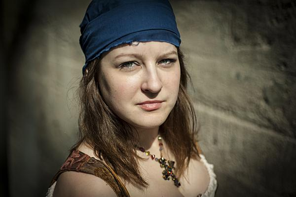 Kelsey Kellenberger as Bess, a captain's daughter.