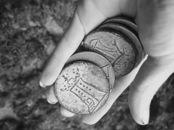 During one of her dives, Ellie Ga brought along replicas of Roman coins.