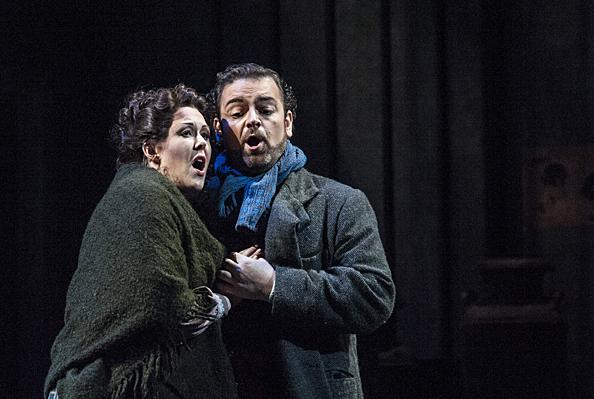 Having overheard Rodolfo's words, Mimì (Van Kooten) is consoled by Rodolfo (Berrugi) in the cold night air.