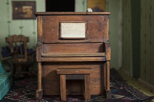 "A piano musicbox plays the ""Minute Waltz""."