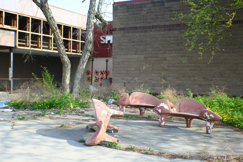 Benches by the northern entrance to Indian Springs