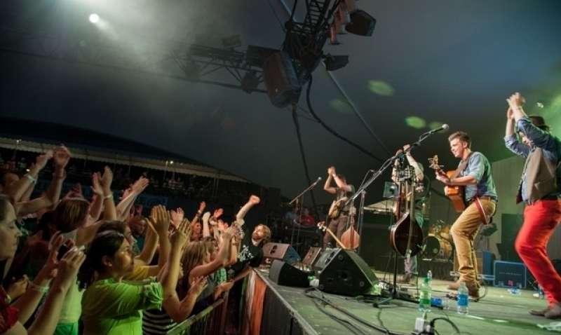 We Banjo Three plays at The Kansas CIty Irish Fest.