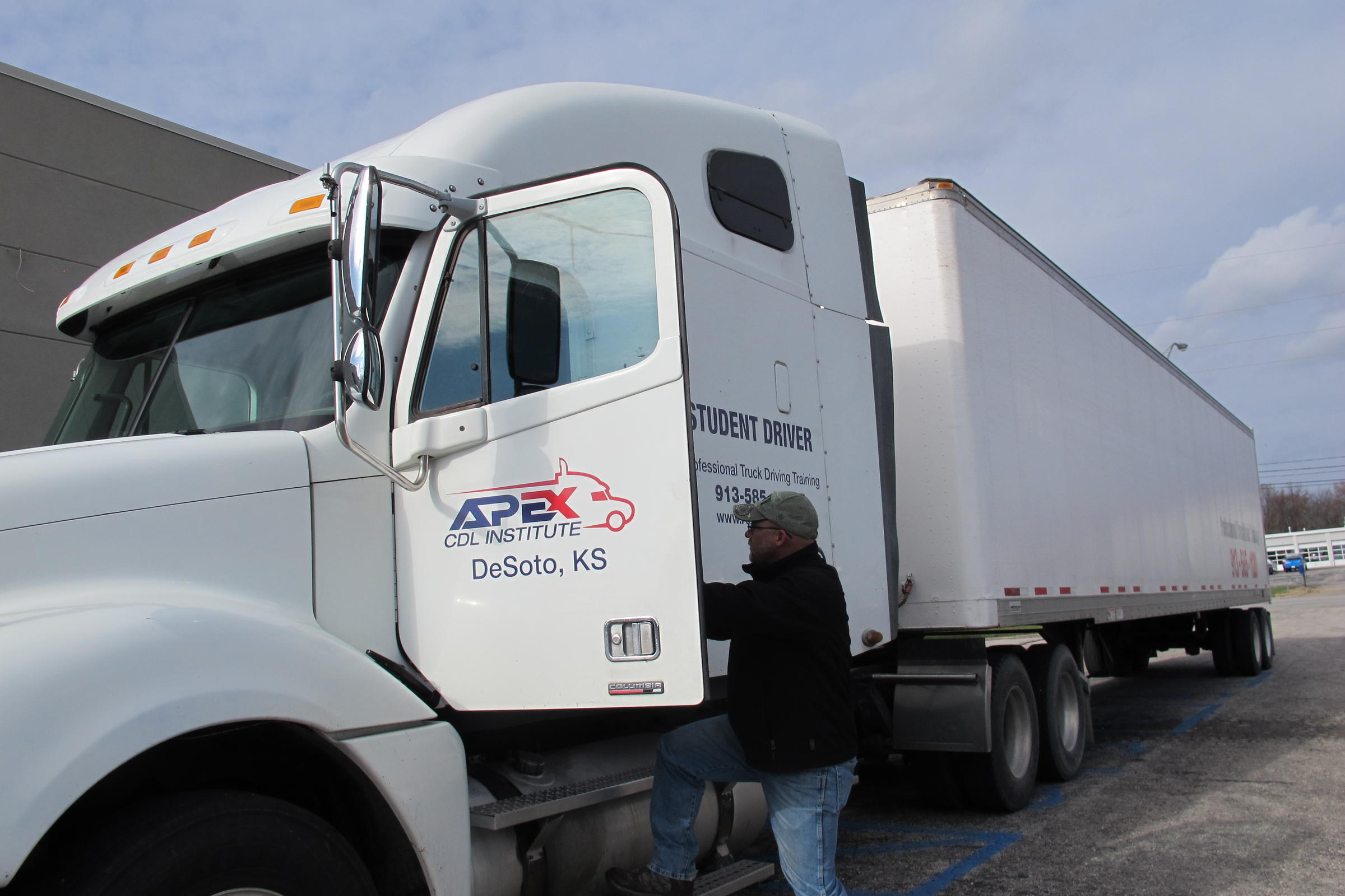 Trucking Companies Are Short On Drivers Drivers Say They Re Short