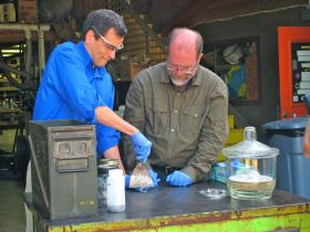 Salting popcorn the hard way: Theo Gray mixes pure chlorine gas with explosive heated sodium. The result: table salt.