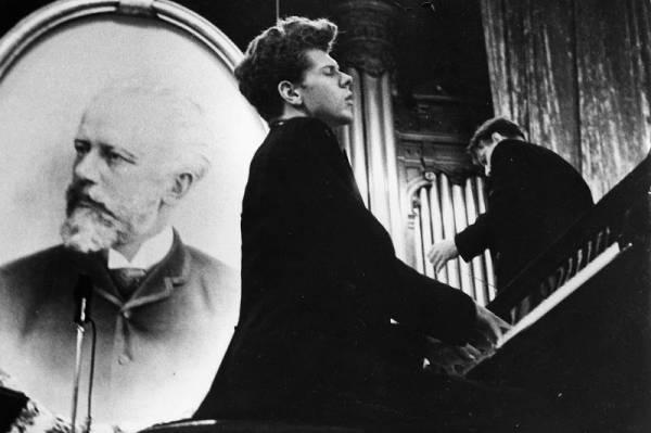 Van Cliburn plays in the third round of the 1958 Tchaikovsky Competition in the Great Hall of the Conservatory in Moscow. He would go on to win.
