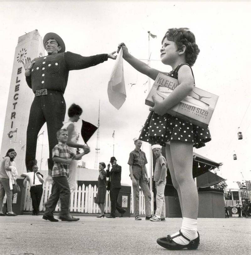 A girl tried to give Big Tex a tissue in 1966.