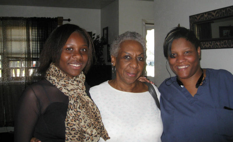 Kelli, grandmother Minnie Hodge, and mom Gloria Mason inside Mason's home