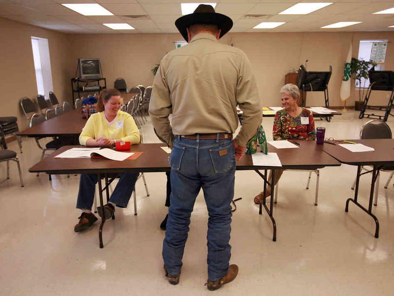 Volunteers check in a voter in Palo Pinto in November 2008.