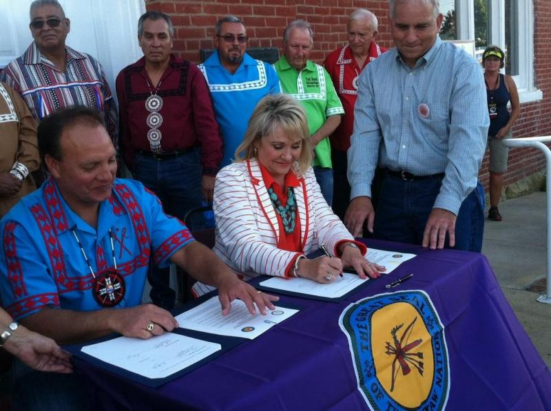 Gov. Mary Fallin signs vehicle tag compact with the Choctaw Nation.