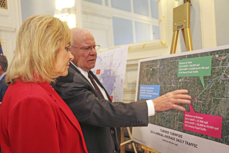 Oklahoma Governor Mary Fallin and Oklahoma Secretary of Transportation Gary Ridley look at turnpike projects at a press conference on October 29, 2015.