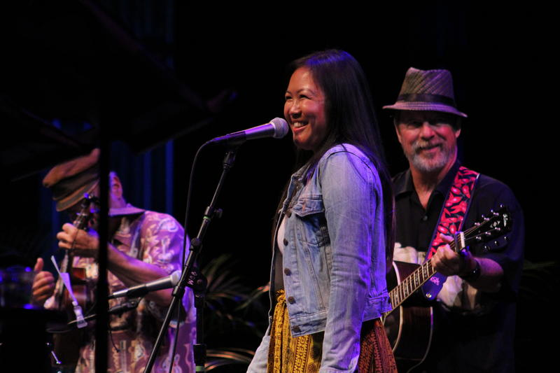 "Stephanie Keiko Kong sings ""Tiny Bubbles Tango"" with Hamajang"