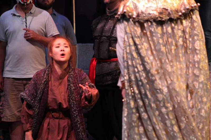 Liu (Sunnie Park) sings to Princess Turandot (Zvetelina Vassileva).