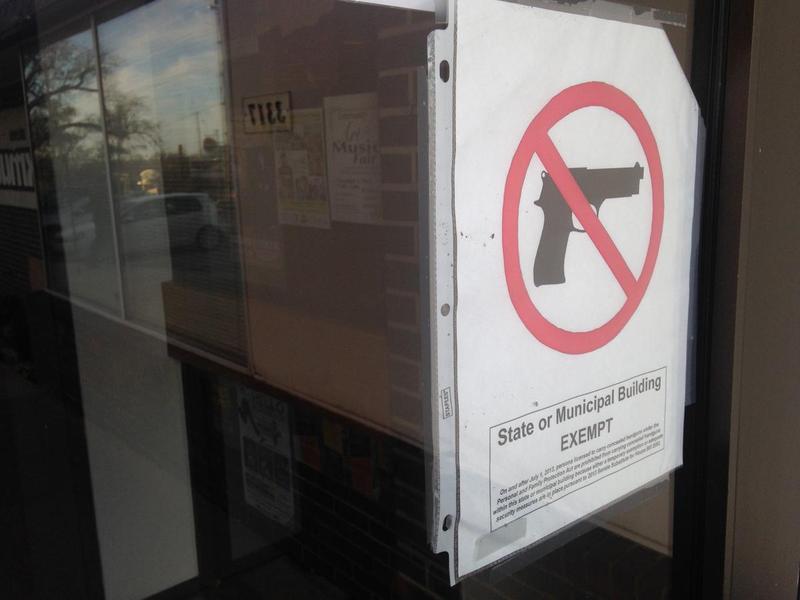 A sign prohibiting guns in a Wichita State University building.