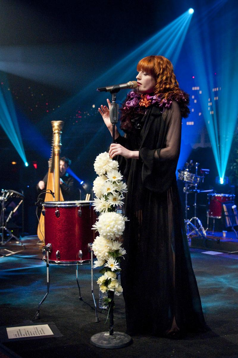 Bluesy singer Florence showcases her LP Lungs.