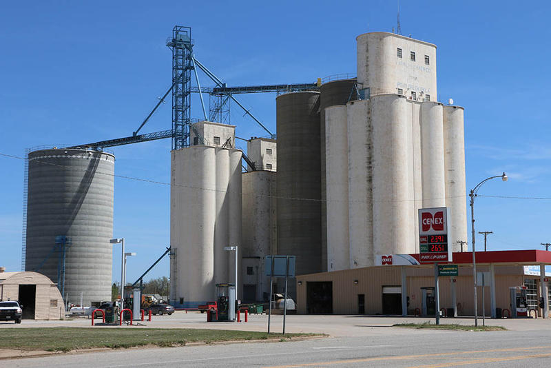 By 1950, when Tillotson Construction Co. built the 252,000-bushel elevator at Pond Creek, Oklahoma, the company had developed its signature style with a curved headhouse.