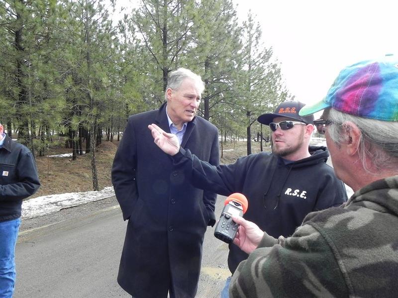 Steve Jackson talks to Gov. Inslee and landowner Jason Ross
