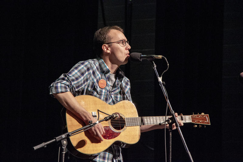 Wes Weddell performs at the 2018 Fall Folk Festival