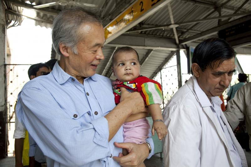 Tachi Yamada with Indian child during polio vaccination drive. Dr. Yamada has directed the Gates Foundation's largest department for five years.