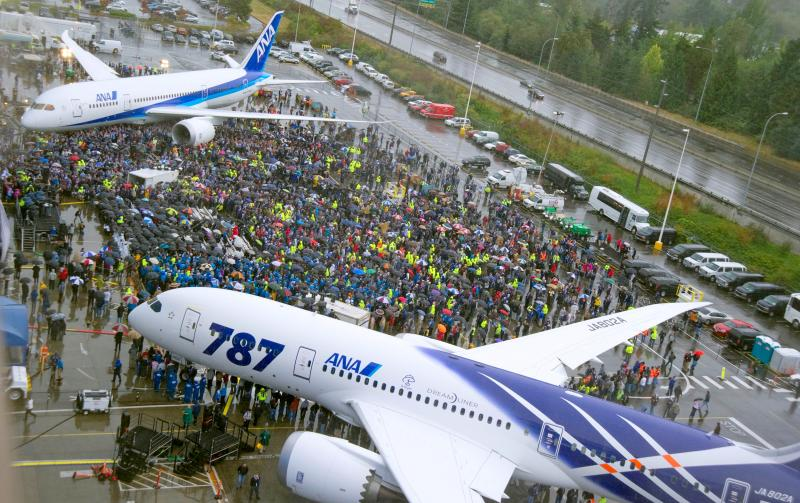 Hundreds of people gathered Monday for the delivery ceremony of the first Boeing 787 to be delivered to a customer.