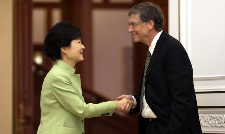 This handshake between South Korean President Park Geun-hye and Microsoft founder Bill Gates sparked debate over whether the American — who kept his left hand in his pocket — had been rude. Other photos clearly show Gates' hand in his pocket.