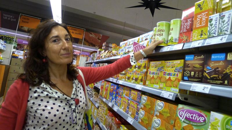 "Spaniard Victoria Alonso searches for the ""genetically modified"" label on corn and soy products in a Barcelona supermarket."