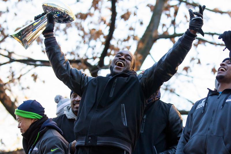 Kam Chancellor holds up the Lombardi trophy.