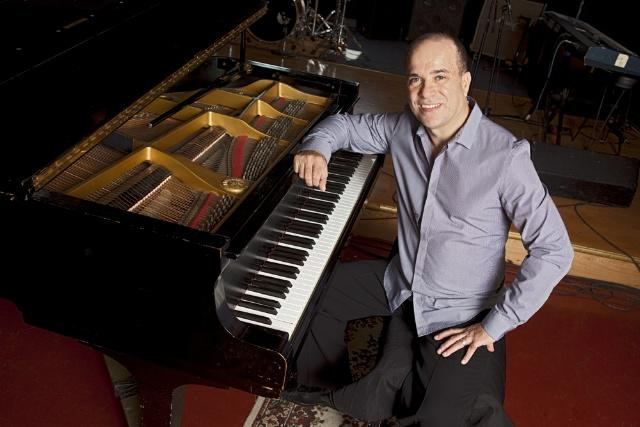 Pianist and bandleader Oscar Hernández