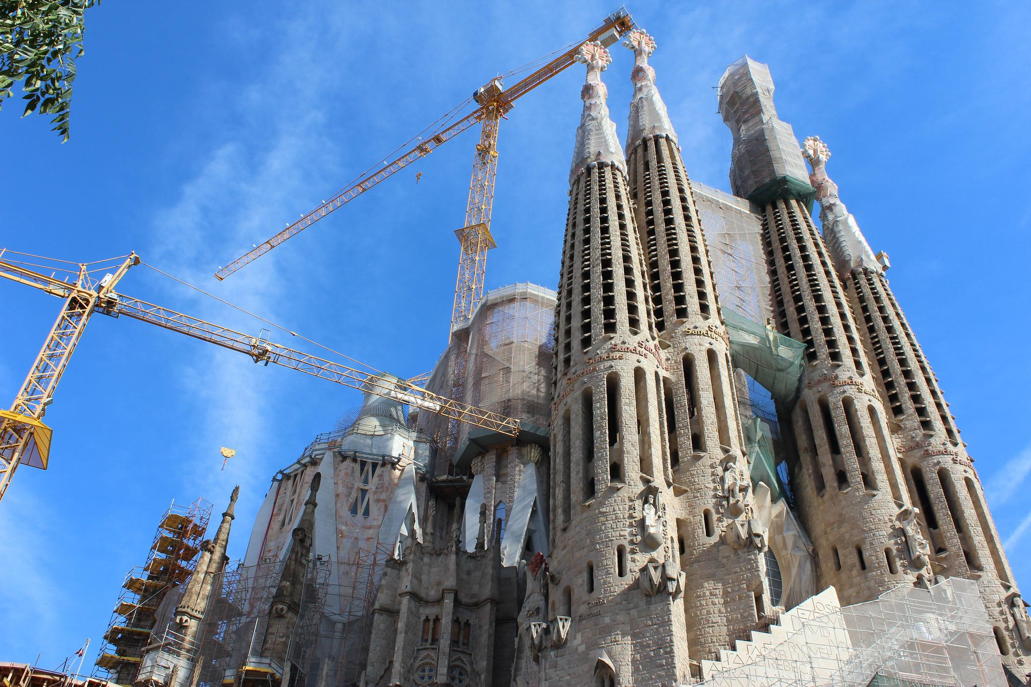 ravelers Find rt, rchitecture nd utonomy In Barcelona KNK - ^
