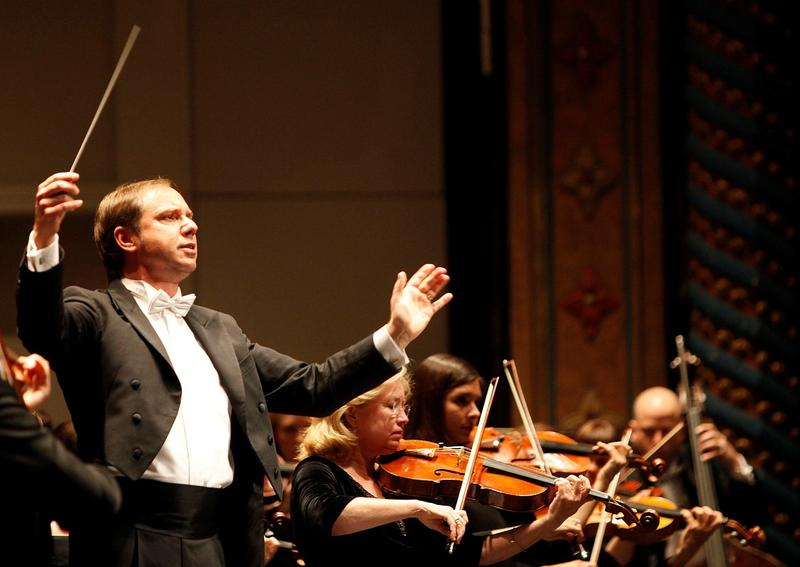 Sebastian Lang-Lessing conducts the San Antonio Symphnony