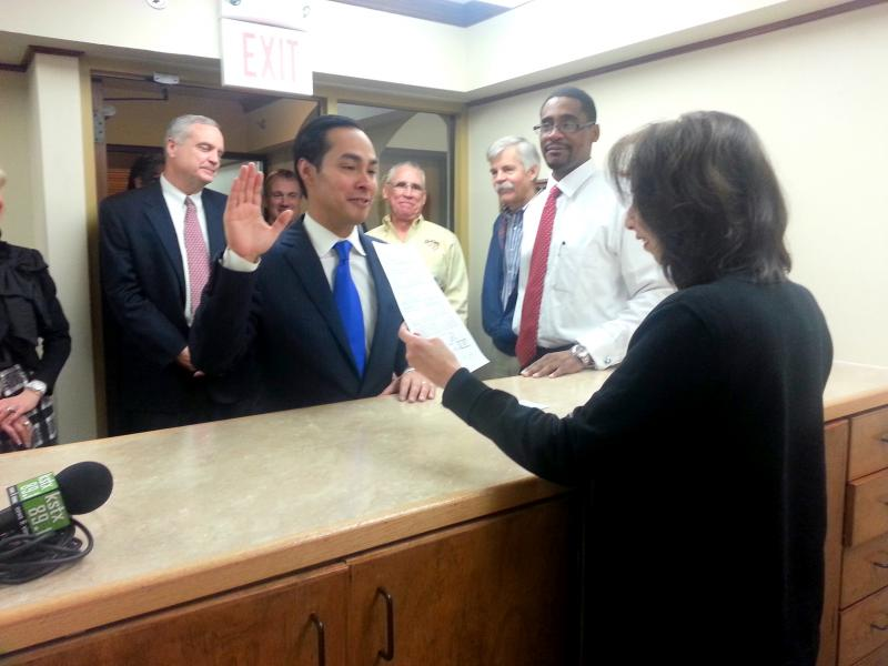 Mayor Julián Castro raises his right hand to take the oath to run for his third term.
