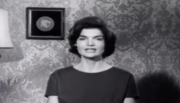 Screenshot from a 1960 JFK ad featuring Jackie speaking Spanish.