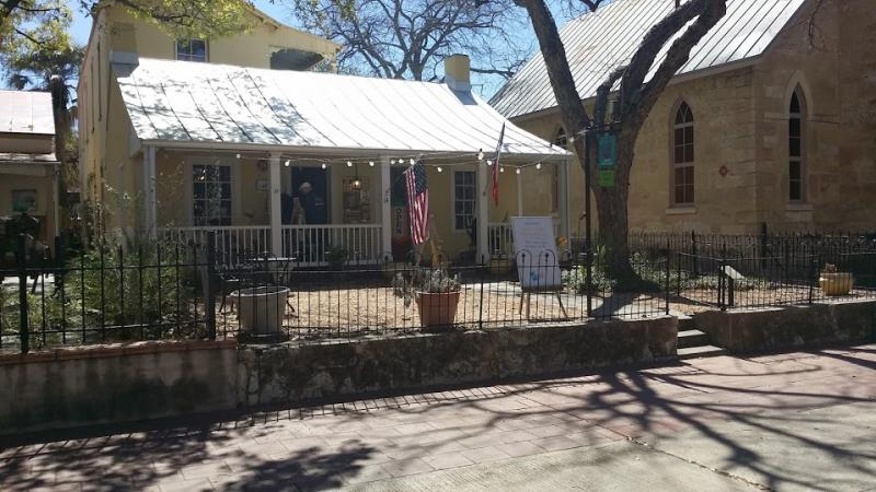The River Art Gallery in La Villita hosts 250 artists.