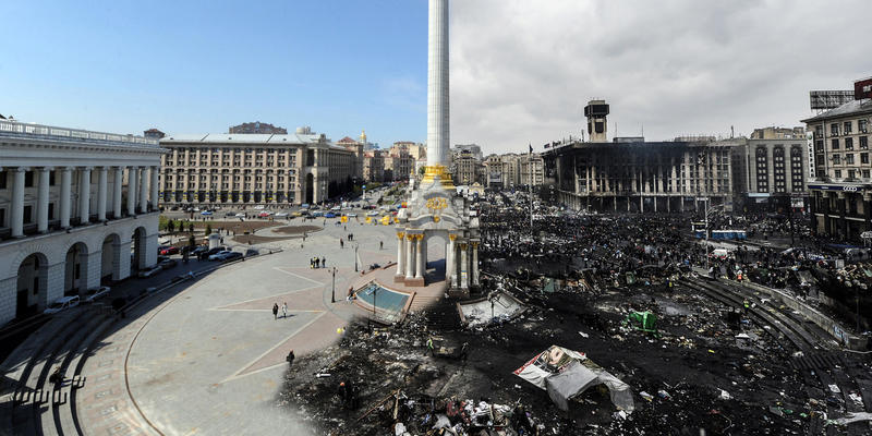 "Left image: Independence Square in Kiev on April 22, 2009 during a social movement called ""Smile Ukraine! Smile overcomes a crisis!"" organized by students.  Right image: The same square pictured on February 20, 2014, three months after a political crisis"